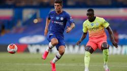 Christian Pulisic mendapat penjagaan dari Benjamin Mendy di pertandingan Liga Inggris antara Chelsea vs Manchester City, Jumat (26/06/20).