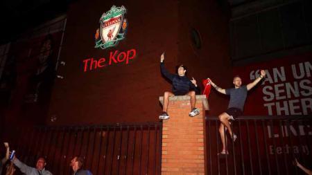 Manchester United disebut mendapat tekanan dari fansnya agar tak mengucapkan selamat ke Liverpool yang berhasil menjadi kampiun Liga Inggris 2019/20. - INDOSPORT