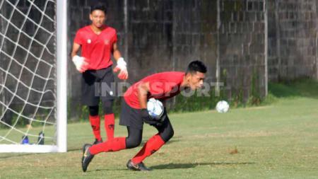 Kiper muda PSS Sleman, Raka Octa Bernanda, ungkap momen latihan bersama Timnas Indonesia U-16. - INDOSPORT