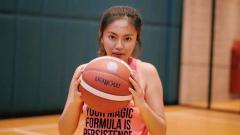 Indosport - Vania Valencia, bintang basket wanita asal Indonesia kedapatan tantang influencer game eSports Inayma. Adu olahraga basket, begini aksi lucu keduanya.