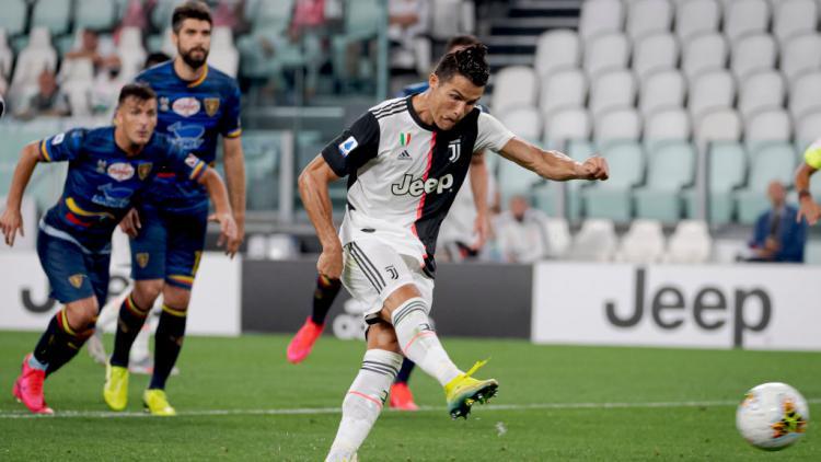Cristiano Ronaldo mencetak gol lewat penalti di laga Juventus vs Lecce Copyright: Mattia Ozbot/Soccrates/Getty Images
