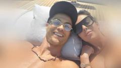 Indosport - Cristiano Ronaldo dan Georgina Rodriguez saat berlibur diatas kapal pesiarnya.