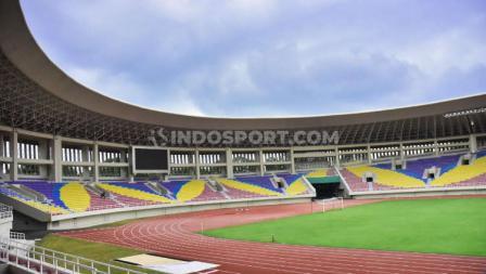Gaya single seat juga diterapkan Satdion Manahan sesuai standar yang diajukan oleh FIFA.