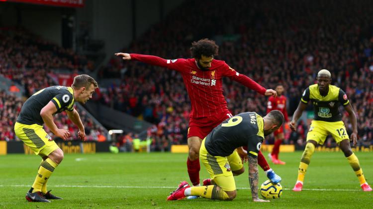Duel Mohamed Salah vs Danny Ings di laga Liverpool vs Southampton Copyright: Robbie Jay Barratt - AMA/Getty Images