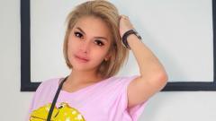 Indosport - Selebritis top Indonesia, Nikita Mirzani telah membuat DJ seksi, Dinar Candy, was-was dibuatnya saat mengunggah foto tengah melakukan olahraga berkuda.