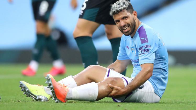 Sergio Aguero tampak kesakitan sebelum akhirnya diganti pada laga Manchester City vs Burnley Copyright: Martin Rickett/Pool via Getty Images
