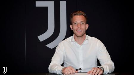 Pemain baru Juventus yang direkrut dari Barcelona, Arthur Melo, dijatuhi hukuman setelah kecelakaan saat mengendarai mobil Ferrari-nya dalam keadaan mabuk. - INDOSPORT