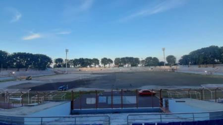 Pohon Angsana terlihat di tribun Stadion Gelora 10 November pada saat proses renovasi. - INDOSPORT