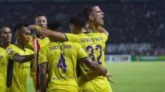 Indosport - Selebrasi pemain Persik Kediri usai mencetak gol.