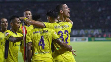 Selebrasi pemain Persik Kediri usai mencetak gol. - INDOSPORT