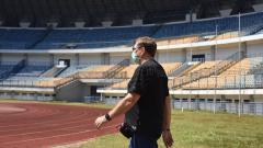 Indosport - Pelatih Persib, Robert Rene Alberts, meninjau Stadion Gelora Bandung Lautan Api (GBLA), Kota Bandung, Selasa (30/06/2020).