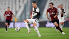 Indosport - Davide Calabria (kanan) saat mengawal Cristiano Ronaldo di laga Juventus vs AC Milan