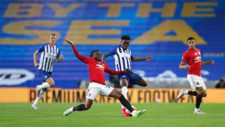Duel pemain Manchester United, Aaron Wan-Bissaka dan pemain Brighton Yves Bissouma dari pada Liga Primer.