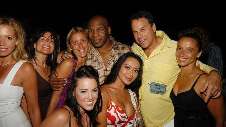 Mike Tyson (tengah) saat menghadiri sebuah pesta bersama beberapa rekan wanitanya. - INDOSPORT