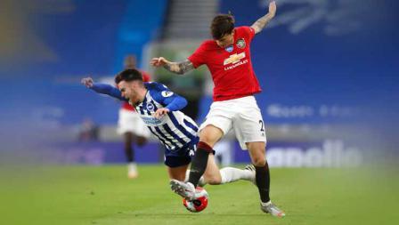 Pemain Brighton, Aaron Connelly dan pemain Manchester United, Victor Lindelof keduanya berusaha berebut bola.
