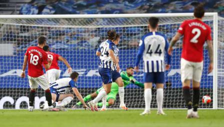Tendangan Bruno Fernandes pemain Manchester United mengarah ke gawang Brighton.