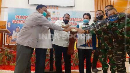 Asisten Bidang Perekonomian dan Kesejahteraan Rakyat Sekda Papua, Muhammad Musa'ad (tengah) bersama Ketua Harian PB PON, Yunus Wonda saat menabuh tifa peluncuran aplikasi pendaftaran wartawan PON XX. - INDOSPORT