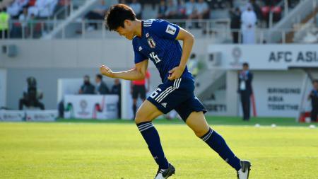 Takehiro Tomiyasu, bek Jepang yang diincar Tottenham Hotspur. - INDOSPORT