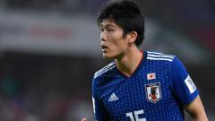 Indosport - Takehiro Tomiyasu, incaran AC Milan saat membela Timnas Jepang.