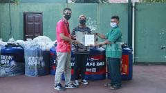 Indosport - PSIM Empathy bersama Anteraja Salurkan Hand Washer Portable untuk masyarakat Yogyakarta.