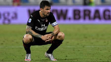 Kabar mengejutkan datang dari AC Milan setelah kapten sekaligus bek tengah mereka, Alessio Romagnoli, justru merapat ke Atletico Madrid alih-alih Barcelona. - INDOSPORT