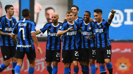 Ashley Young pemain Inter Milan berselebrasi bersama teman-temannya usai mencetak gol pada laga Serie A Italia antara Inter Milan vs Brescia Calcio. - INDOSPORT