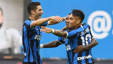 Selebrasi pemain Inter Milan, Ashley Young usai mencetak gol pada laga Serie A Italia antara Inter Milan vs Brescia Calcio.