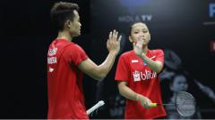 Indosport - Akbar Bintang Cahyono/Winny Oktavina Kandow di Mola TV PBSI Home Tournament.