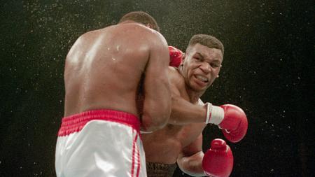 Mike Tyson tampak mengamuk ketika bertanding di atas ring - INDOSPORT