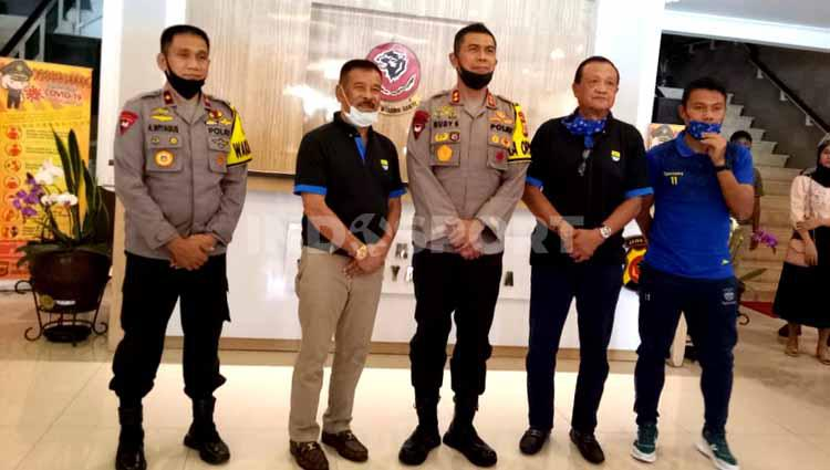 Manajemen Persib Bandung menyerahkan bantuan berupa 250 APD dan 10.000 masker pada Polda Jawa Barat, Kamis (02/07/2020). Copyright: Arif Rahman/INDOSPORT
