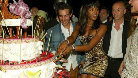 Naomi Campbell (baju loreng) saat menghadiri pesta di Monaco - INDOSPORT
