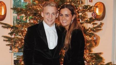 Bintang baru Manchester United, Donny van de Beek, mengajak kekasihnya Estelle Bergkamp untuk pertama kalinya sejak mereka tinggal di kota Manchester. - INDOSPORT