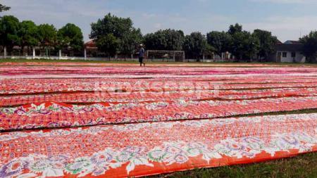 Salah satu lapangan pendamping Stadion Manahan Piala Dunia U-20 2021, Lapangan Sriwaru di Kampung Sondakan, Laweyan, Kota Solo saat ini jadi lokasi menjemur kain batik. - INDOSPORT