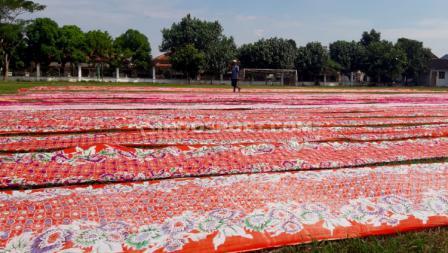 Karena belum resmi direnovasi, lapangan di tengah perkampungan itu dimanfaatkan warga untuk aktifitas usaha mereka.