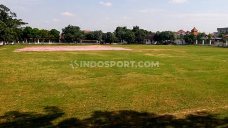 Lapangan Sriwaru merupakan satu dari lima lapangan latihan pendamping Stadion Manahan yang disiapkan oleh Pemerintah Kota (Pemkot) Solo dan PSSI.