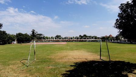 Lokasi lapangan sangat strategis karena berada di tengah kota.