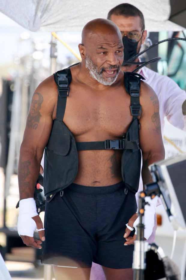 Petinju legenda kelas berat Mike Tyson saat pamer fisiknya. Copyright: Thesun/BackGrid
