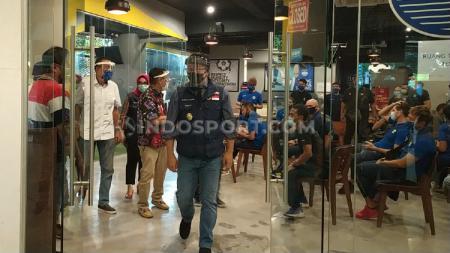 Gubernur Jawa Barat, Ridwan Kamil, saat memantau tim Persib Bandung yang menjalani swab test di Graha Persib. - INDOSPORT
