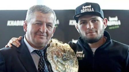 UFC tak mau ganggu Khabib Nurmagomedov yang baru saja ditinggal sang ayah, Abdulmanap. - INDOSPORT
