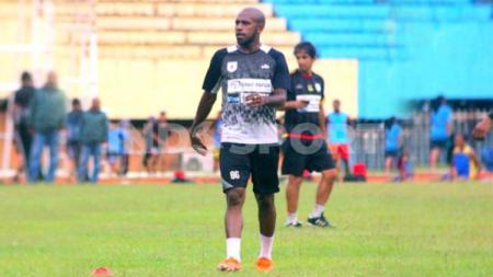 Klub Liga 1, Persipura Jayapura, sangat beruntung ditakdirkan memiliki seorang penyerang natural dengan naluri mencetak gol tinggi pada diri Boaz Solossa. - INDOSPORT