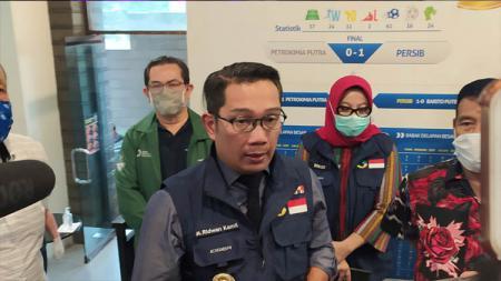 Gubernur Jawa Barat, Ridwan Kamil, saat memantau swab tes tim Persib di Graha Persib, Jalan Sulanjana, Kota Bandung, Jumat (03/07/2020). - INDOSPORT