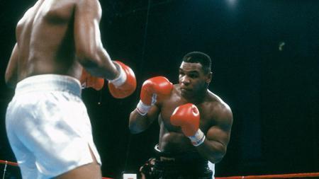 Mike Tyson saat berlaga di atas ring tinju. - INDOSPORT