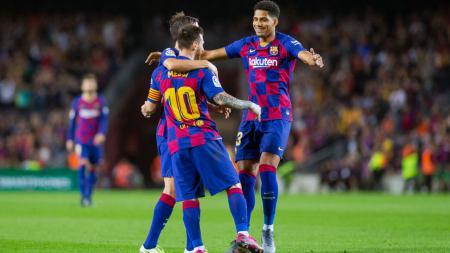Ronald Araujo (kanan) saat hendak memeluk Lionel Messi dan Sergi Roberto - INDOSPORT