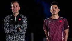 Indosport - Resmi pensiun, wakil Denmark Jan O Jorgensen dapat salam perpisahan dari dua raja tunggal putra, yakni Lin Dan dan Peter Gade.
