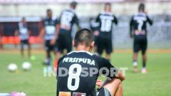Indosport - Gelandang Persipura di Liga 1 2019 asal Korea Selatan, Oh-Inkyun saat tertunduk lesu usai berlatih bersama rekan-rekannya di Persipura.