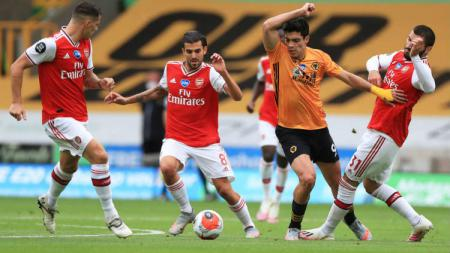 Aksi Raul Jimenez di laga Wolverhampton Wanderers vs Arsenal. - INDOSPORT