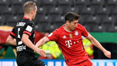 Sven Bender membayangi Robert Lewandowski dalam laga Bayer Leverkusen vs Bayern Munchen di final DFB Pokal 2019-20, Minggu (05/07/20).