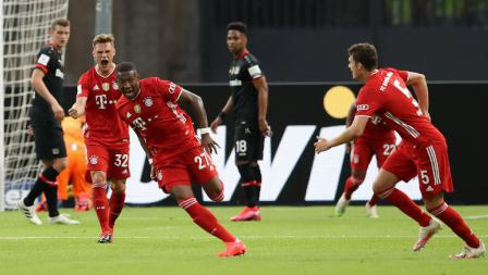 David Alaba (tengah) sumringah usai mencetak gol dalam laga Bayer Leverkusen vs Bayern Munchen di final DFB Pokal 2019-20, Minggu (05/07/20).