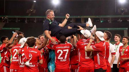 Para pemain Bayern Munchen mengarak sang pelatih Hans-Dieter Flick, usai membawa timnya memenangkan final DFB Pokal 2019/20 kontra Bayer Leverkusen.