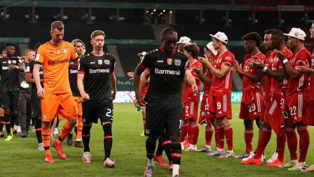 Usai pertandingan final DFB Pokal 2019/20 para pemain Bayern Munchen tetap memberi penghormatan untuk Bayer Leverkusen.
